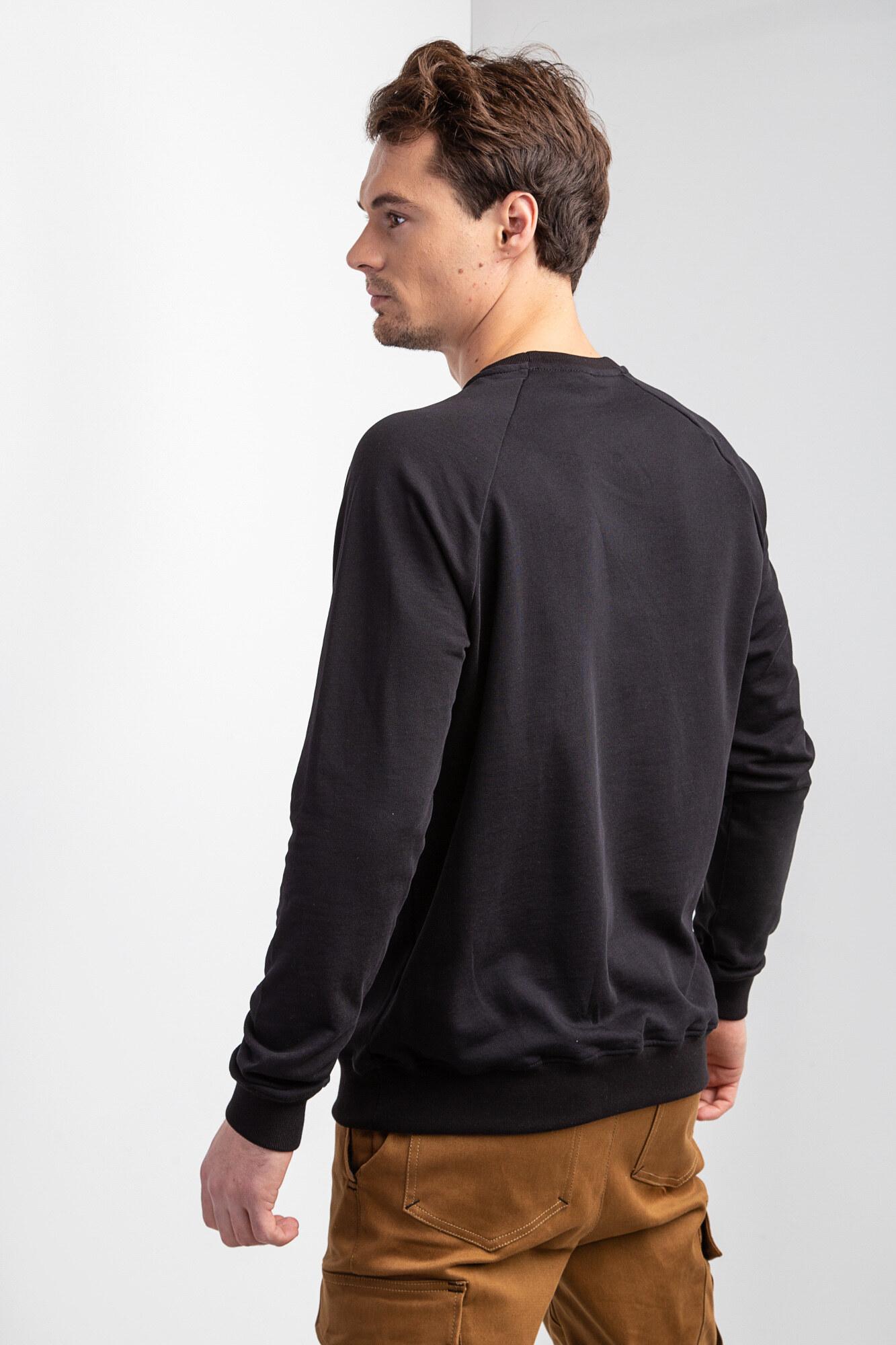 Трикотажный черный свитшот реглан с белым принтом - Фото 2