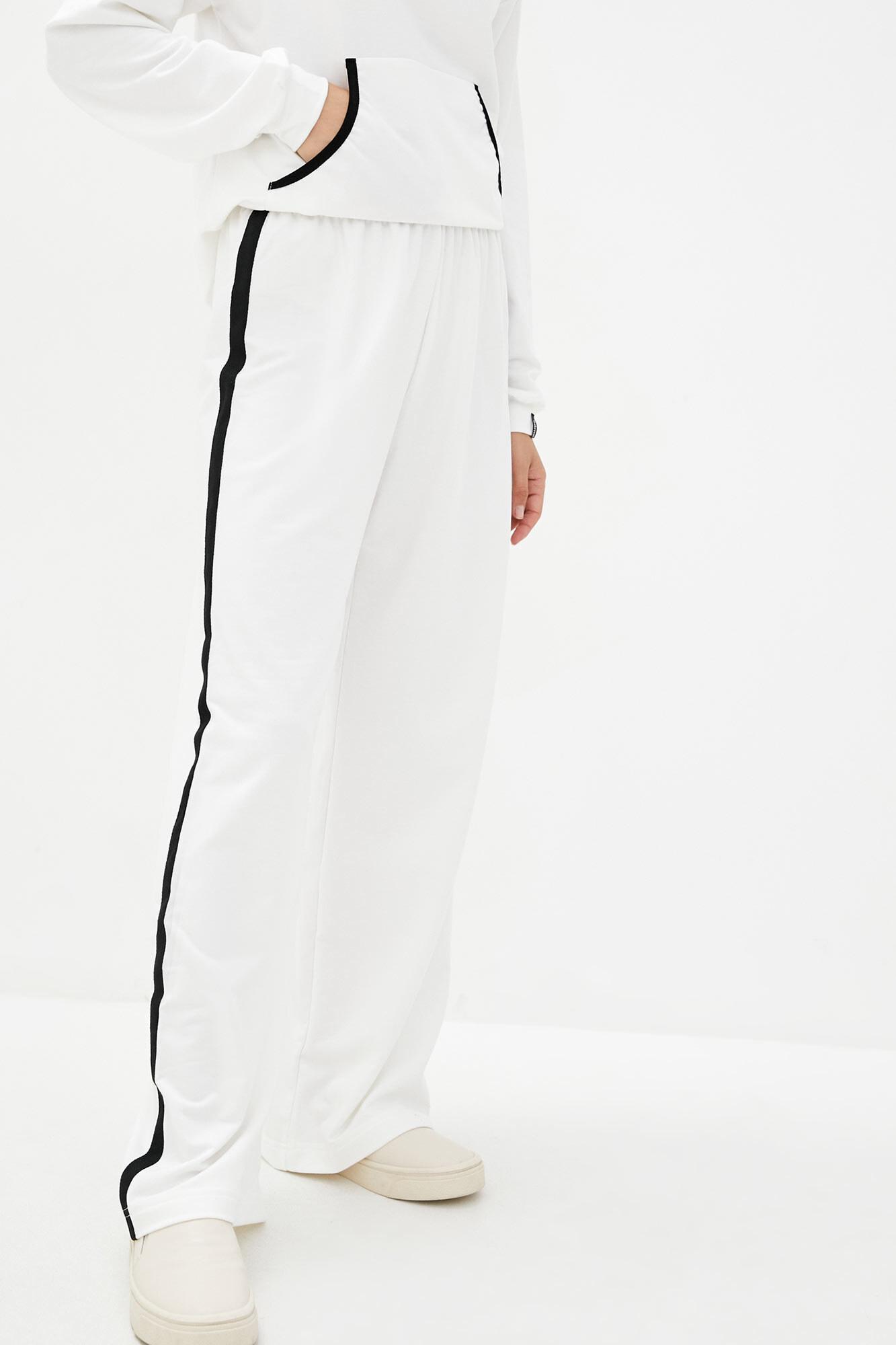 Широкие трикотажные штаны с черными лампасами