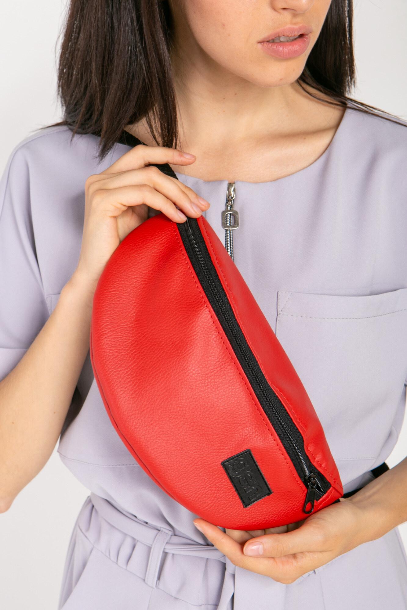 Полукруглая сумка на пояс бананка красная с одним карманом