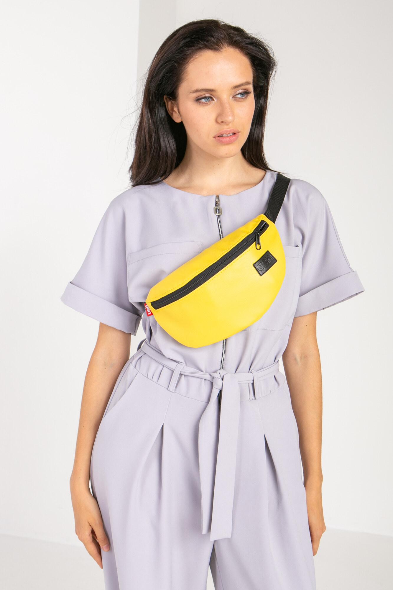 Полукруглая сумка на пояс бананка лимонного цвета с одним карманом