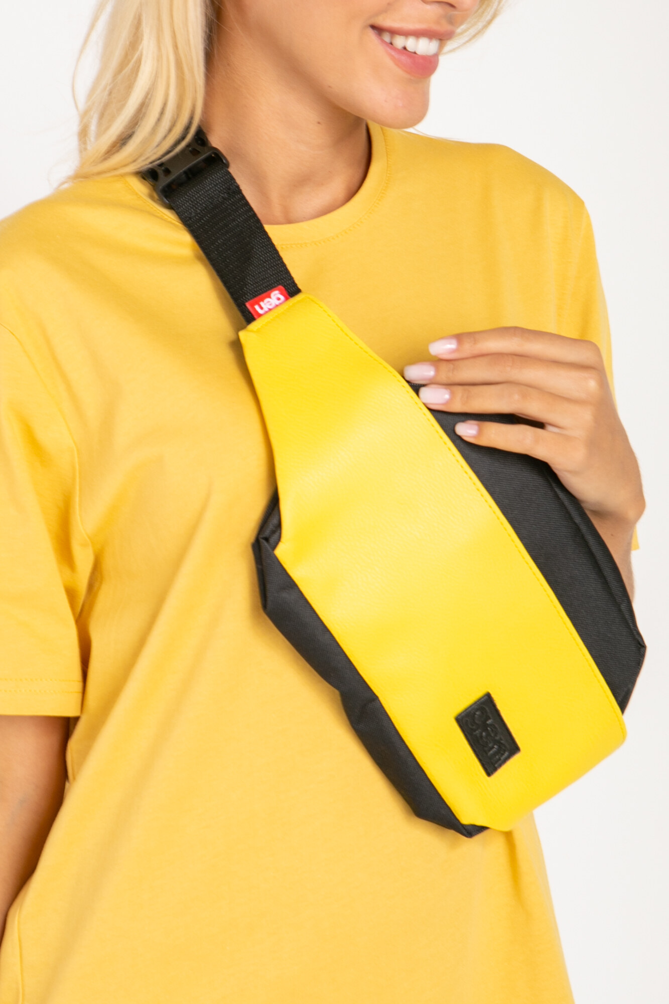 Прямоугольная сумка на пояс бананка желтого цвета на одно отделение