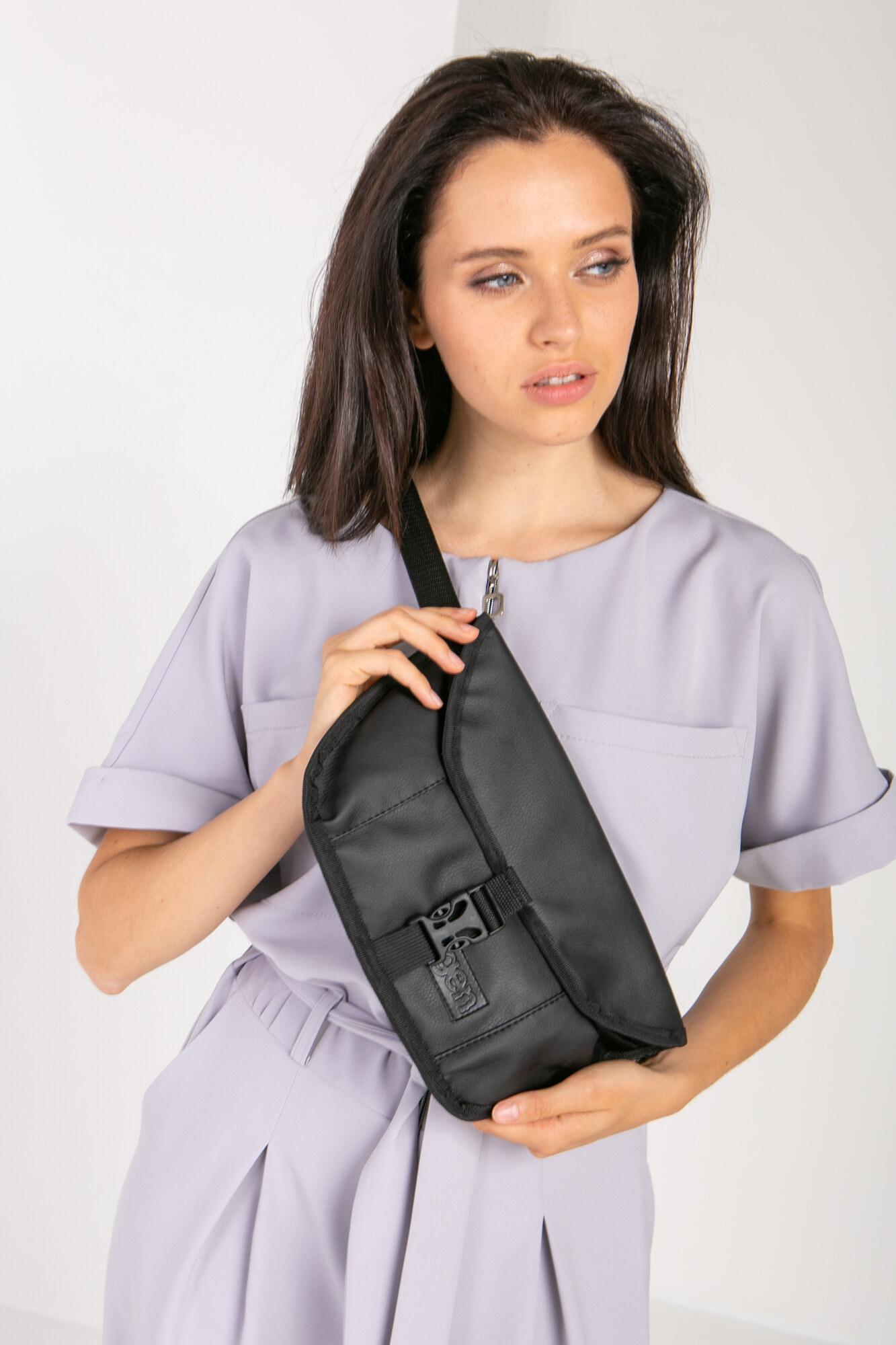 Прямоугольная сумка на пояс бананка черного цвета с клапаном