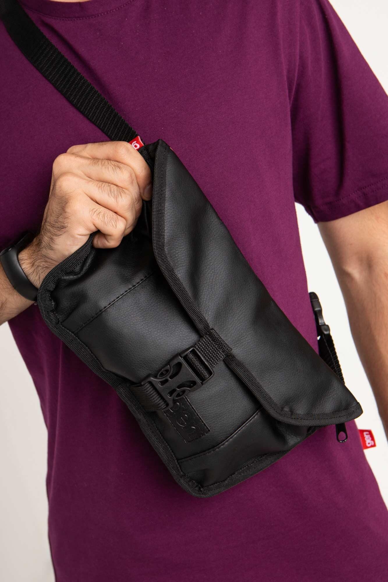 Прямоугольная сумка на пояс бананка черного цвета с клапаном - Фото 2