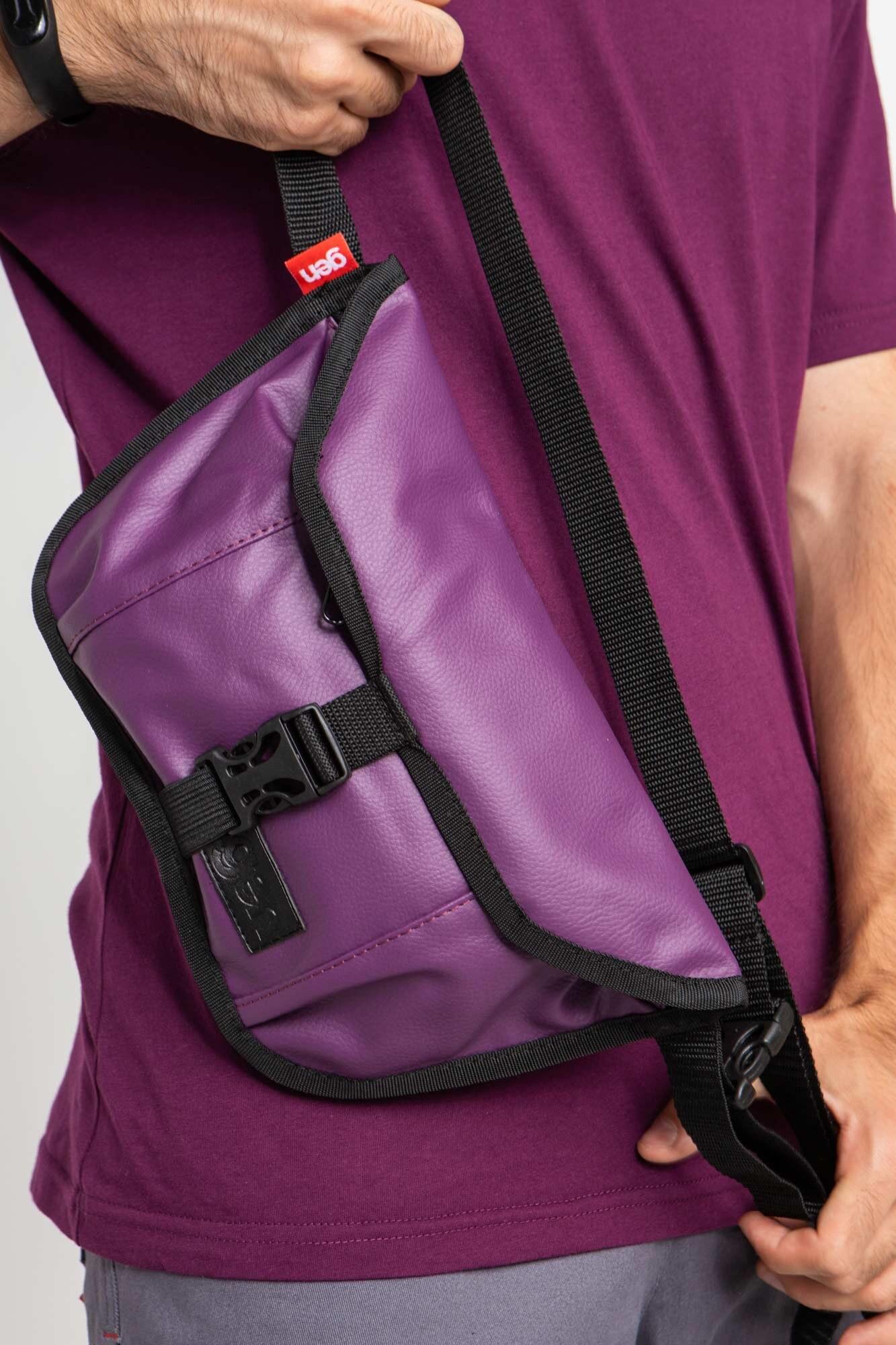 Прямоугольная поясная сумка бананка фиолетового цвета с клапаном
