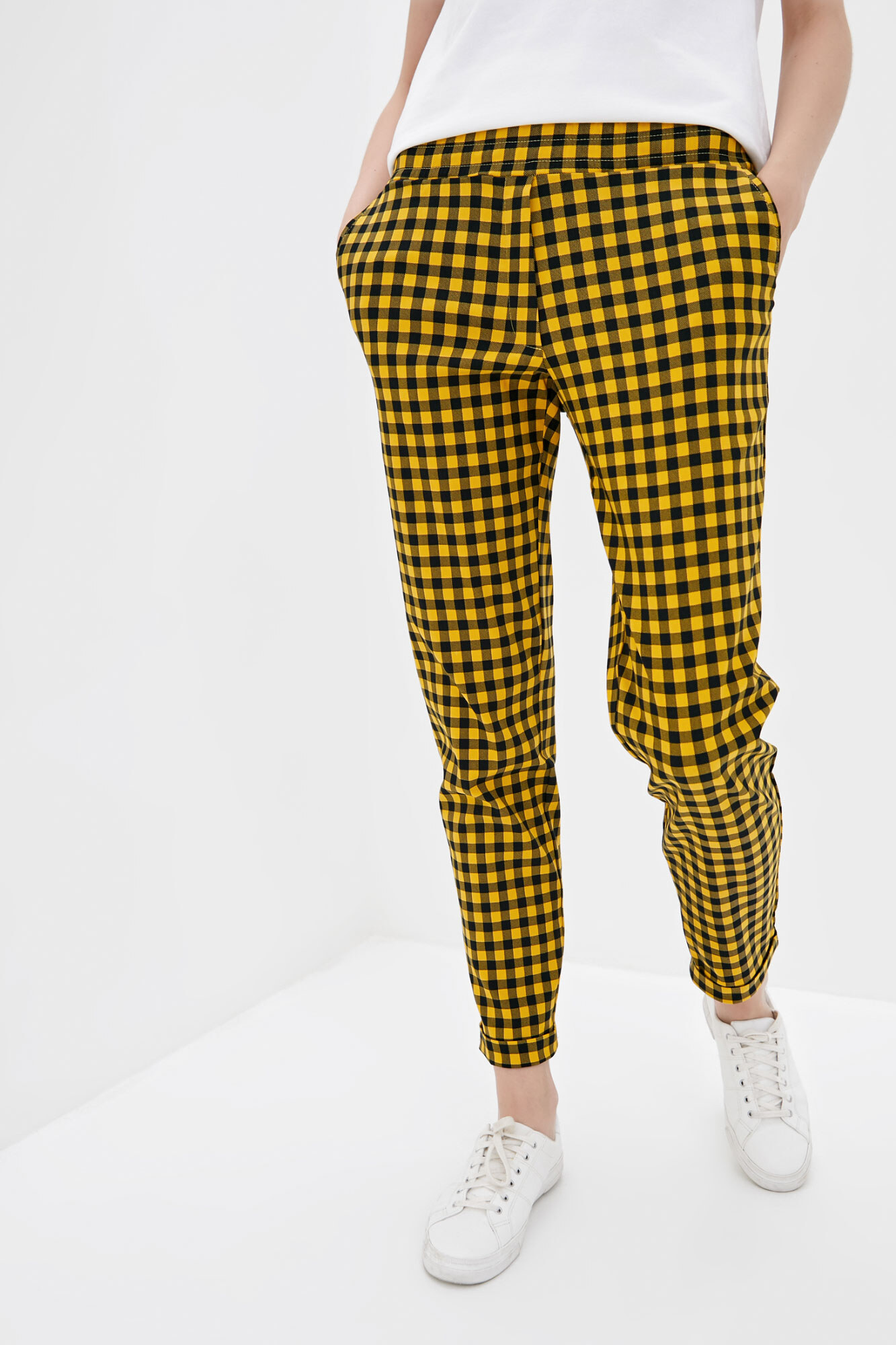 Желтые клетчатые штаны в кэжуал стиле