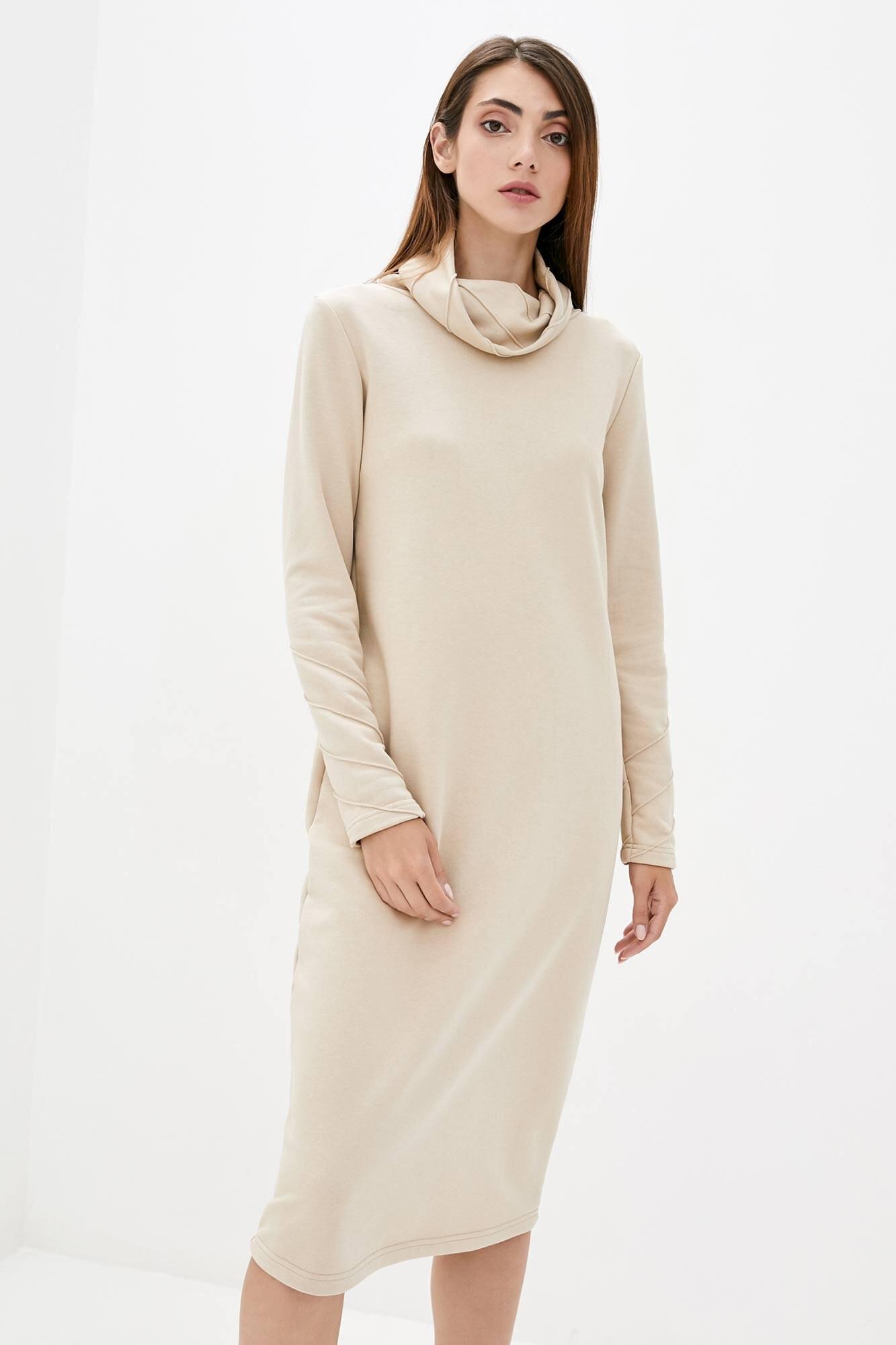 Трикотажное платье гольф бежевого цвета длиной ниже колен